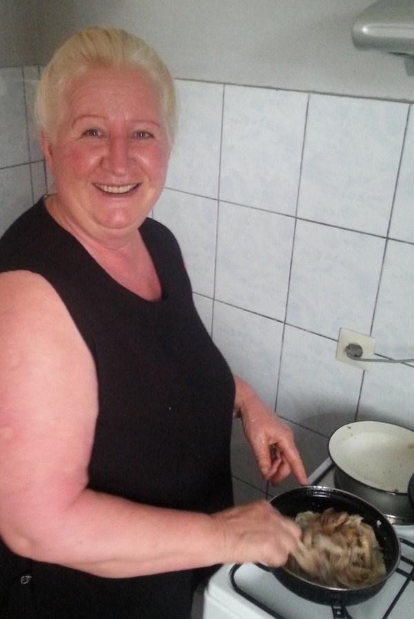 Obiteljska fotografija iz obiteljske kuhinje Kamenjaševićevih: majstorica slastica gospođa Janja / Oblizeki