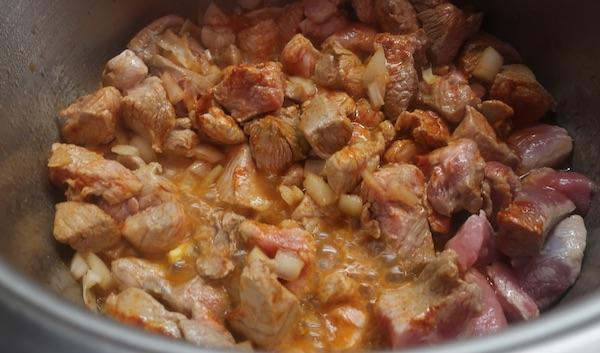 Zapržene kockice mesa s lukom i crvenom paprikom (Fotografija Miljenko Brezak / Oblizeki)