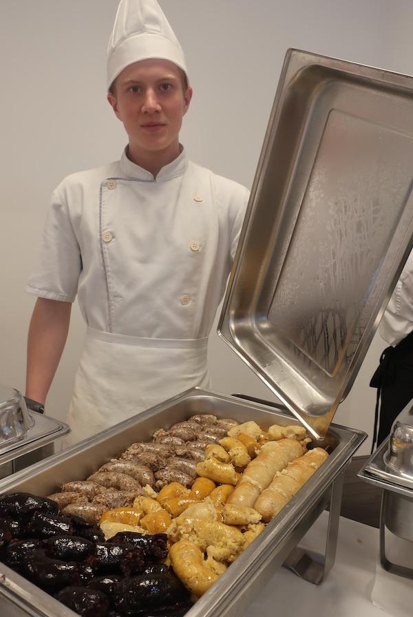 Mladi kuhar iz Srednje škole Prelog s čurkama (Fotografija Božica Brkan)