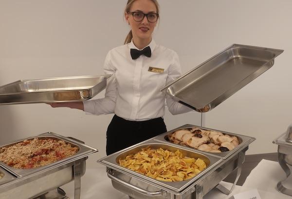Konobarica Meri redstavlja dio ponuđenih izvornih međimurskih jela (Fotografija Božica Brkan / Oblizeki)