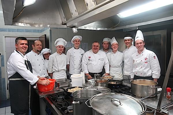Kuharska ekipa koja je pripremila kolinski obed (Fotografija Božica Brkan / Oblizeki)