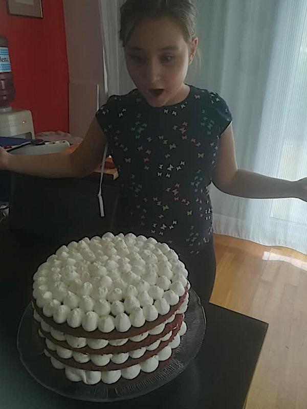 Jana Krivec sa svojom nagrađenom golom tortom (Fotografija iz obiteljskoga albuma)
