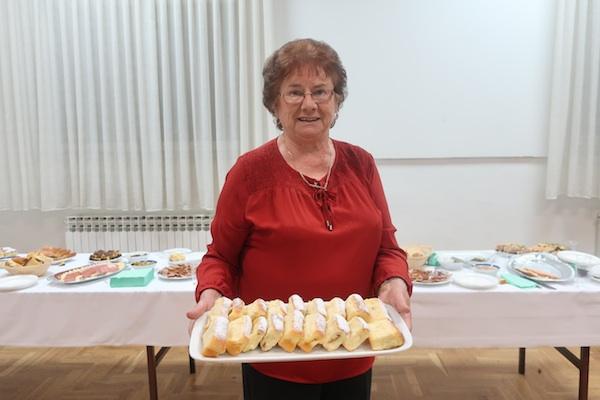 Draga Pokupec sa svojim kolačem (Fotografija Božica Brkan / Oblizeki)