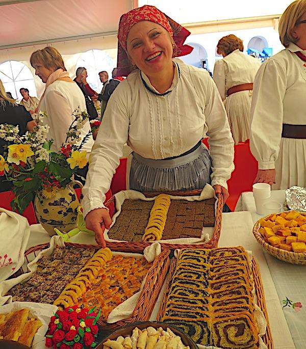 Vesna Hršak za svojim izlagačkim stolom (Fotografija Miljenko Brezak / Oblizeki)