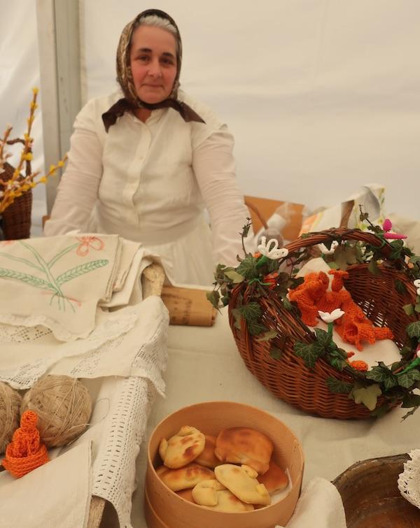 Danica Dremović za svojim izložbenim stolom u Gornjoj Stubici (Fotografija Miljenko Brezak / Oblizeki)