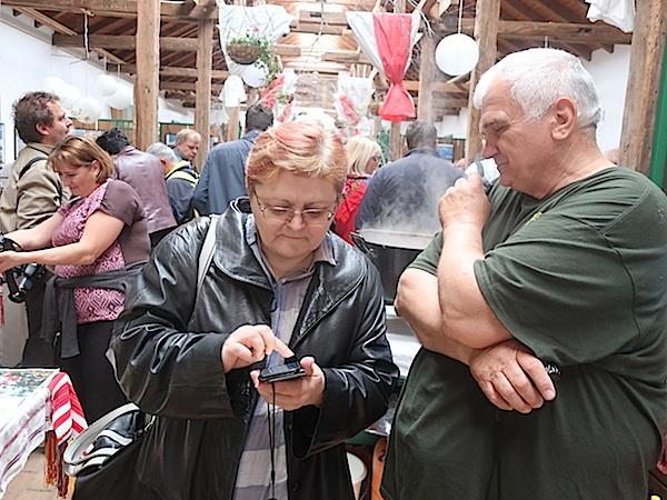 Sva pitanja i prmjedbe u tefter: Jozo Šantak sa Božicom Brkan (Fotografija Miljenko Brezak / Oblizeki)
