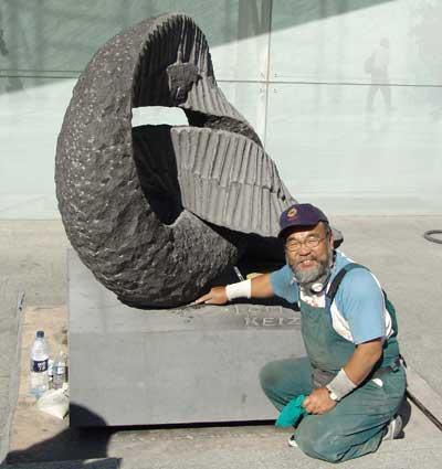Keizo Ushio junto a su obra