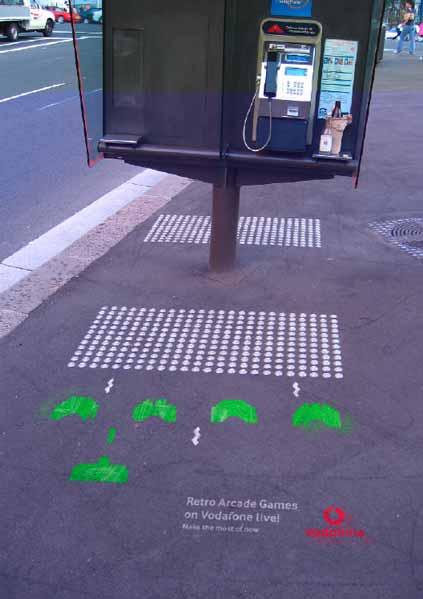 Un stencil de Space Invaders en el suelo para promocionar una operadora móvil