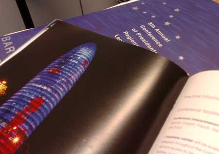 Una foto de la torre Agbar en un catálogo