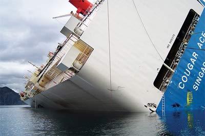 El Cougar Ace, un enorma carguero escorado 60 grados