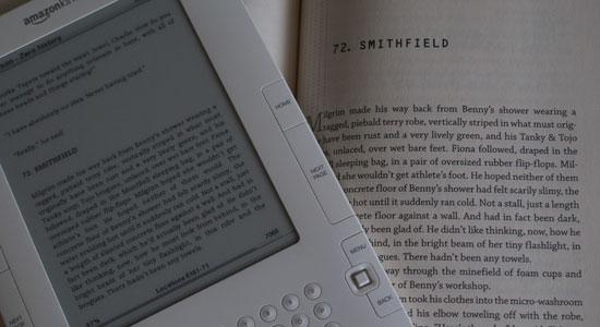 El mismo gragmento del libro Zero History de William Gibson, en un Kindle y en su edición en libro de papel de tapa dura
