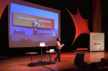 Diapositiva de la presentación. Cartel publicitario de Mozilla con la leyenda, en inglés, '.com brains .org heart'