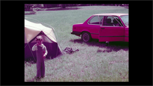 Foto de un niño, una tienda de cámping y un coche