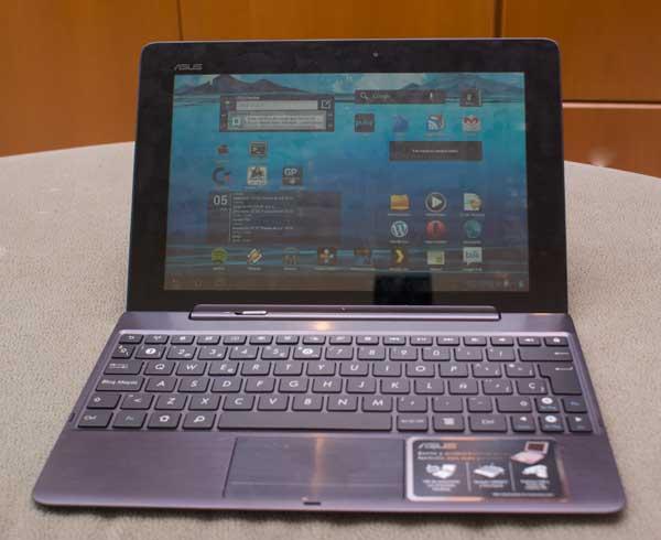 Foto del Transformer Prime con el teclado conectado. Parece un netbook