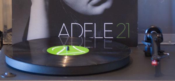 Foto de una copia del disco 21 de Adele, en vinilo, en un tocadiscos