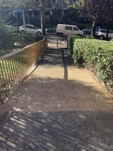eliminación de los escalones de la segunda rampa de acceso comunitaria