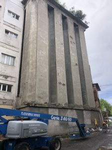 Eliminar la parte del revocado de las fachadas del silo con riesgo de caída