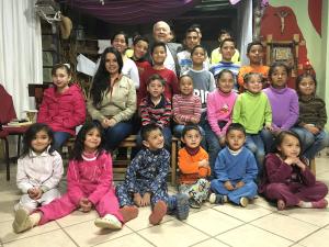 Padre Diego con los niños