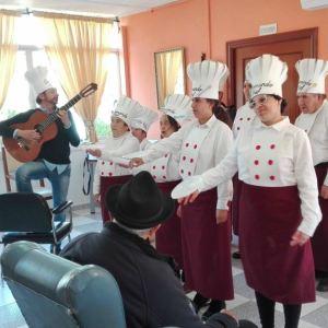 El pasado 1 de Marzo, los participantes en el taller de música de la Casa Hogar Cristo Roto se disfrazaron de profesionales de la cocina para celebrar en el CRM Jesús de Nazaret el carnaval