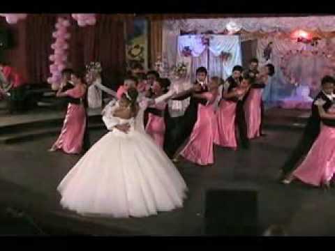 parejas bailando en quinceanero