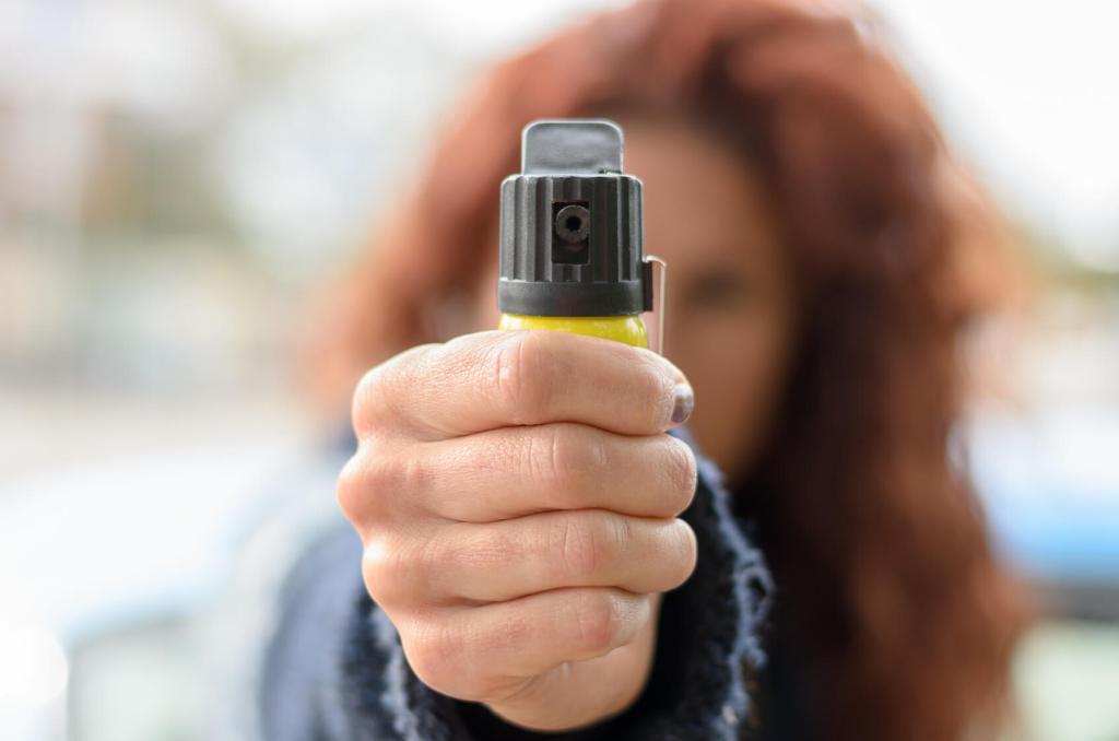 Jakie są rodzaje gazów pieprzowych? Kobieta z gazem w ręce