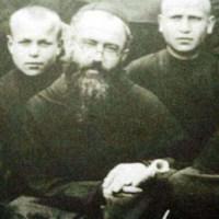 •Maximiliano Kolbe: Santo y mártir.
