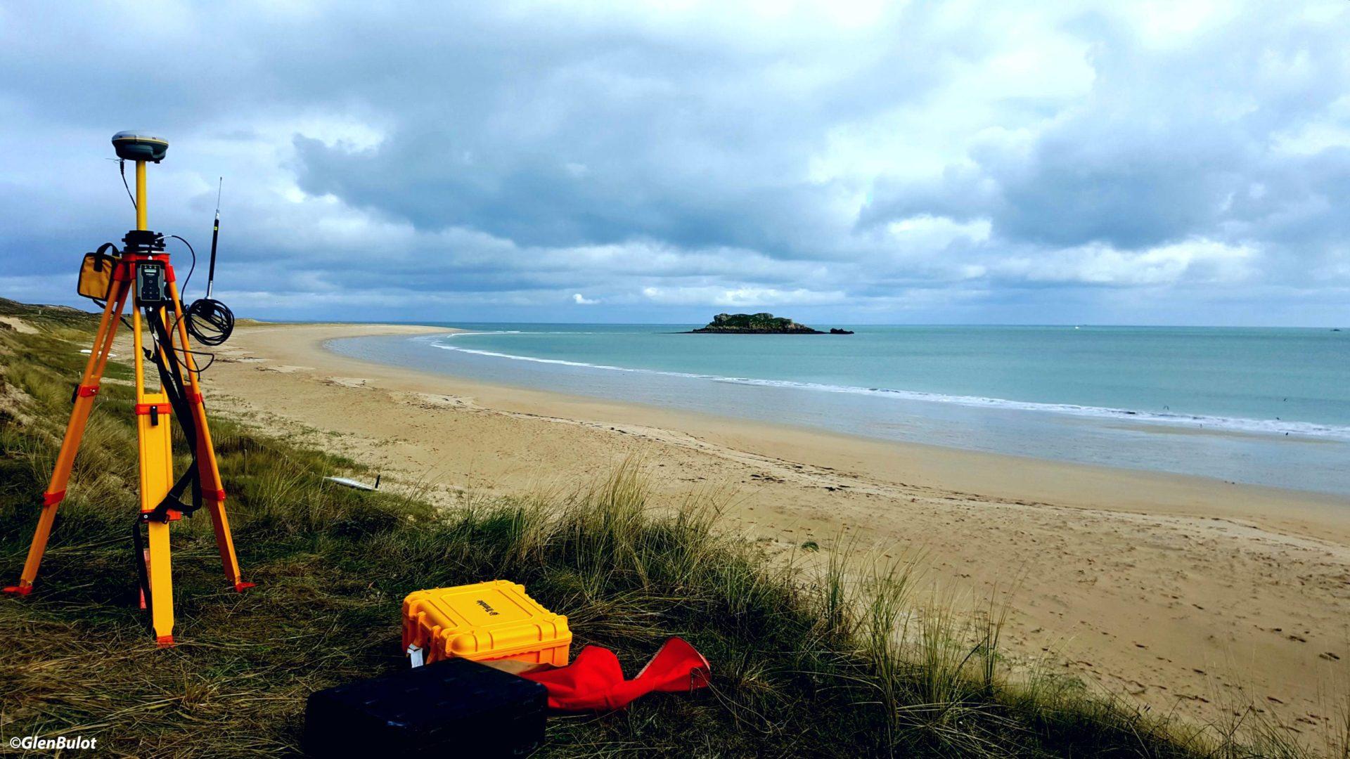 Photo d'un DGPS RTK devant la grande plage de Houat