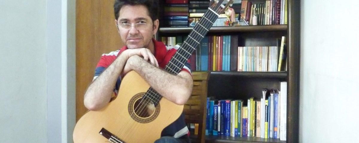 Foto de Wisley Vilela ao violão