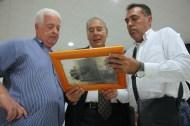 José Carrillo (d), jefe de Gabinete del alcalde Marcial Morales, muestra una foto que ha aportado a la exposición a Ramón Rodríguez (c) y Asterio Pérez / ACFIPRESS