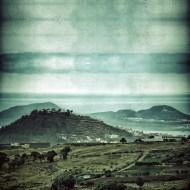 La Isleta, desde Firgas, delante, la montaña de Arucas. / LUIS ROCA ARENCIBIA