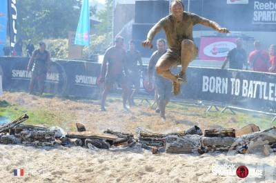 Sébastien saute par dessus le feu à l'arrivée de la spartan race.