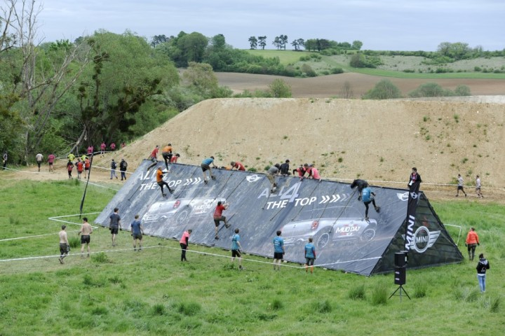 Photo Pierre Alessandri / ASO - The Mud Day Paris 2015 - 08/05/2015 - Paris - France - MUD GUYS franchissant l'obstacle ALL4 THE TOP