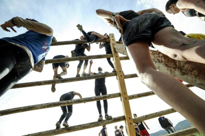 The Mud Day - Pays d'Aix 2016 - 04/09/2016 - Peyrolles-en-Provence - France - Mud Guys sur l'obstacle Mennen Power Ladder