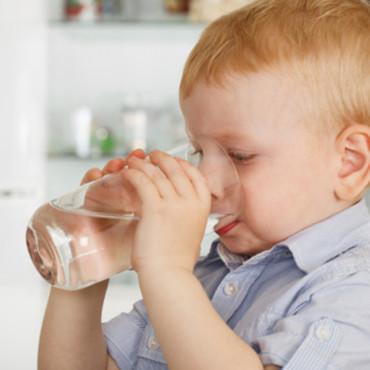 enfant qui boit de l'eau