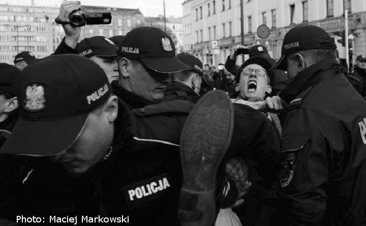 Blokada marszu ONR. Policja wynosi protestujących