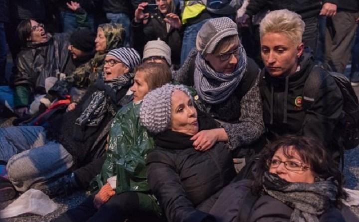 Kobiety protestuja na Moście Poniatowskiego