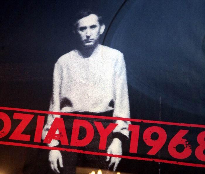"""Plakat zapowiadający 40. rocznicę ostatniego publicznego spektaklu """"Dziadów"""", Teatr Narodowy wWarszawie"""