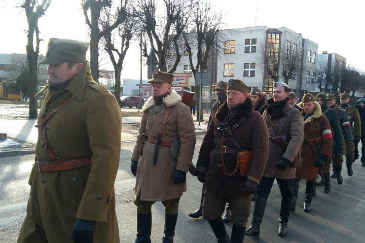 Za marszem narodowców szła kolumna rekonstrukcyjna wpolskich mundurach