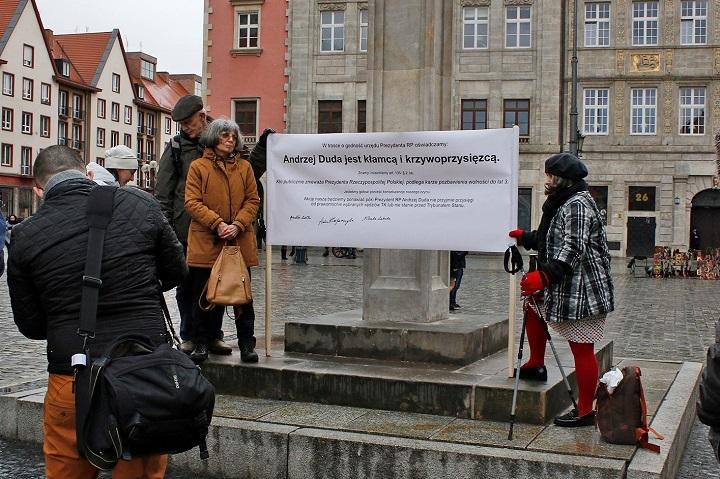 Pierwsza pikieta podpręgierzem piętnująca poczynania Andrzeja Dudy