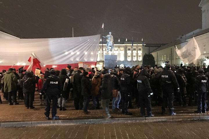Protest przedPałacem Prezydenckim przeciwko narodowcom, którzyprzyszli tam, bypokazać poparcie dla nowelizacji ustawy oIPN