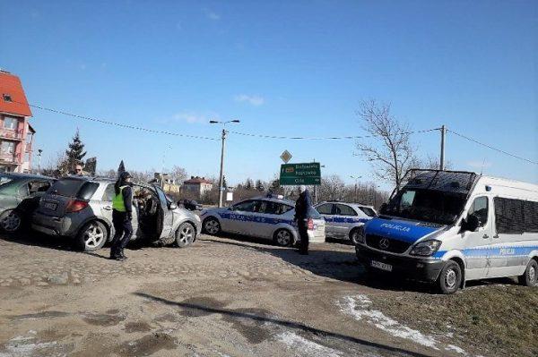 Policja przedHajnówką sprawdza samochody naobcych rejestracjach, 24 lutego 2018 r.