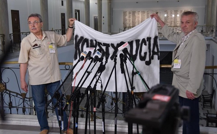 Byli posłowie Jacek Szymanderski i Andrzej Kostarczyk protestują w Sejmie