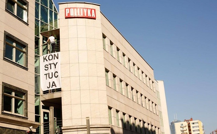 "Napis ""konstytucja"" na budynku tygodnika Polityka"