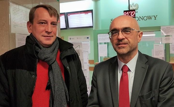 Uniewinniony Andrzej Kowalski z mecenasem Radosławem Baszukiem