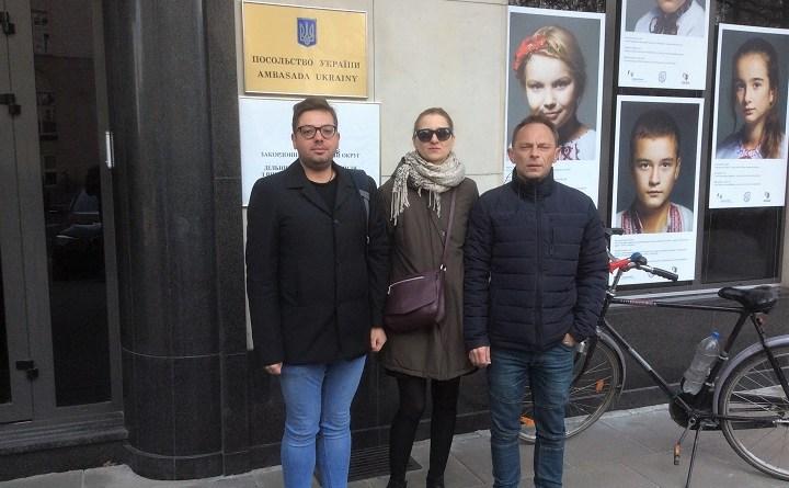 Małgorzata Nowogońska, Arkadiusz Szczurek i Igor Isajew przed ambasadą Ukrainy