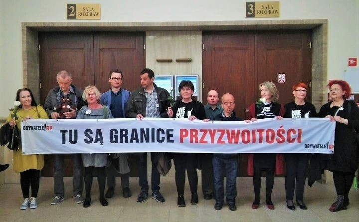 Obywatele RP przed salą sądową