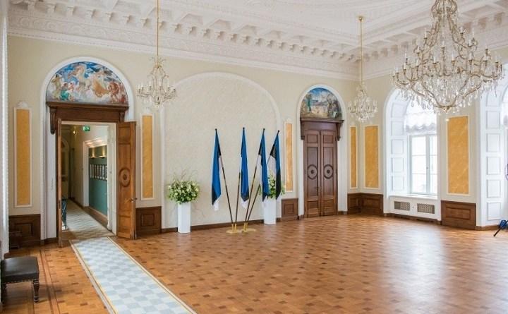 Z Białej Sali estońskiego parlamentu zniknęły unijne flagi