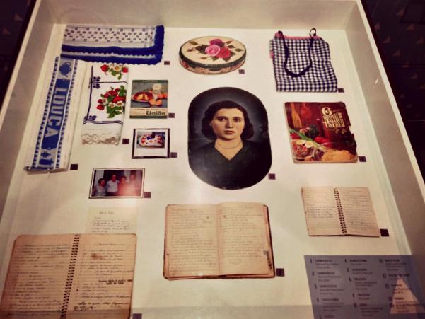 Objetos de Joana Parpinel no Museu da Imigração; no centro, um retrato dela