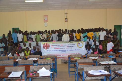 Les jeunes avec l'Evêque de Diébougou
