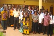 Les cadres de l'OCADES examinent les  concepts et techniques de développement